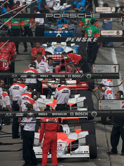 Teams get ready for the start of the practice session after a 30-minute delay