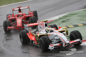 Giancarlo Fisichella, Force India F1 Team, VJM-01 leads Kimi Raikkonen, Scuderia Ferrari, F2008