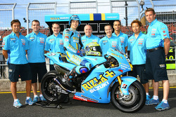 Rizla+ Suzuki photoshoot: Chris Vermeulen poses with Suzuki team members