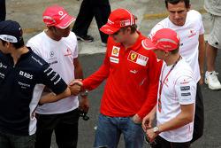 Wings For Life Livery Red Bull Racing David Coulthard photoshoot: Lewis Hamilton, McLaren Mercedes and Kimi Raikkonen, Scuderia Ferrari shake hands