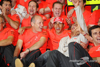 2008 World Champion Lewis Hamilton celebrates with Ron Dennis, Heikki Kovalainen, Pedro de la Rosa and McLaren Mercedes team members