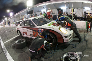 Pit stop for #88 Farnbacher Loles Racing Porsche GT3: Steve Johnson, Dave Lacey, Robert Nearn, James Sofronas, Richard Westbrook