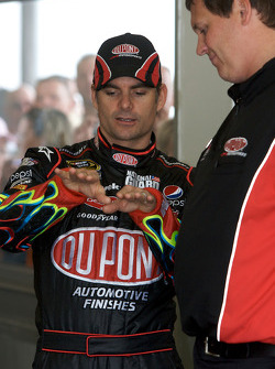 Jeff Gordon, Hendrick Motorsports Chevrolet, discusses with crew chief Steve Letarte