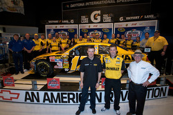 Champion's breakfast: 2009 Daytona 500 winner Matt Kenseth, Roush Fenway Racing Ford, Jack Roush, Roush Fenway Racing Ford owner, and crew chief Drew Blickensder for Matt Kenseth, Roush Fenway Racing Ford crew members pose with the winning car