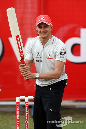 Heikki Kovalainen, McLaren Mercedes playing cricket