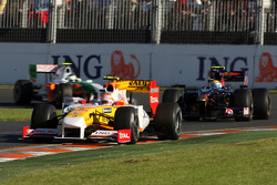 Nelson A. Piquet, Renault F1 Team, R29 leads Sebastien Buemi, Scuderia Toro Rosso