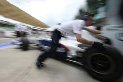BMW Sauber mechanics