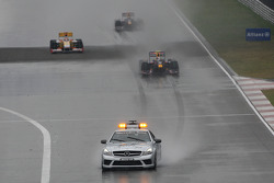 Start of the race behind the safety car