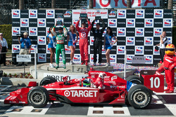 Podium: race winner Dario Franchitti, Target Chip Ganassi Racing, second place Will Power, Team Penske, third place Tony Kanaan, Andretti Green Racing
