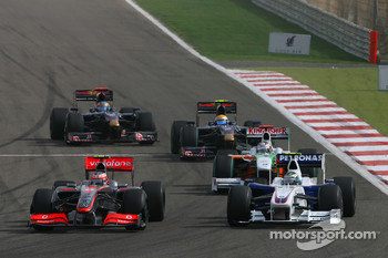 Heikki Kovalainen, McLaren Mercedes and Nick Heidfeld, BMW Sauber F1 Team with a brigen front wing