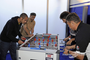 Valentino Rossi, Fiat Yamaha Team plays fussball