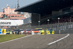 Start: #40 Raeder Automotive GmbH Ford GT: Herman Tilke, Dirk Adorf, Marc Henerici, Thomas Mutsch leads the field
