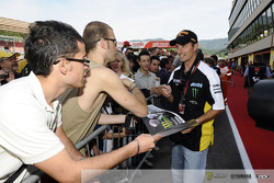 Colin Edwards signs autographs