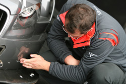 A mechanic repairs the car of Christian Bakkerud, Futurecom-TME, Audi A4 DTM