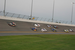 Brad Keselowski, Phoenix Racing Chevrolet leads a group of cars