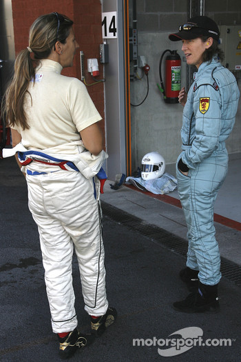 Racing Ladies' pre-race talks; Tania Pilkington (Cooper T43), on the right