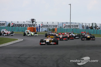 Start: Fernando Alonso, Renault F1 Team leads the field