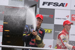 Podium: race winner Brendon Hartley, Carlin Motorsport, Dallara F308 Volkswagen