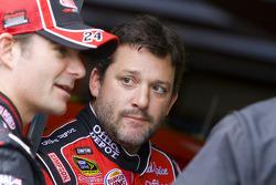 Tony Stewart, Stewart-Haas Racing Chevrolet listens to Jeff Gordon, Hendrick Motorsports Chevrolet