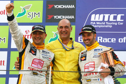 Yvan Muller, Seat Sport, Seat Leon 2.0 TDI and WTCC 2009 champion Gabriele Tarquini, Seat Sport, Seat Leon 2.0 TDI and Jaime Puig, Seat Motorsports