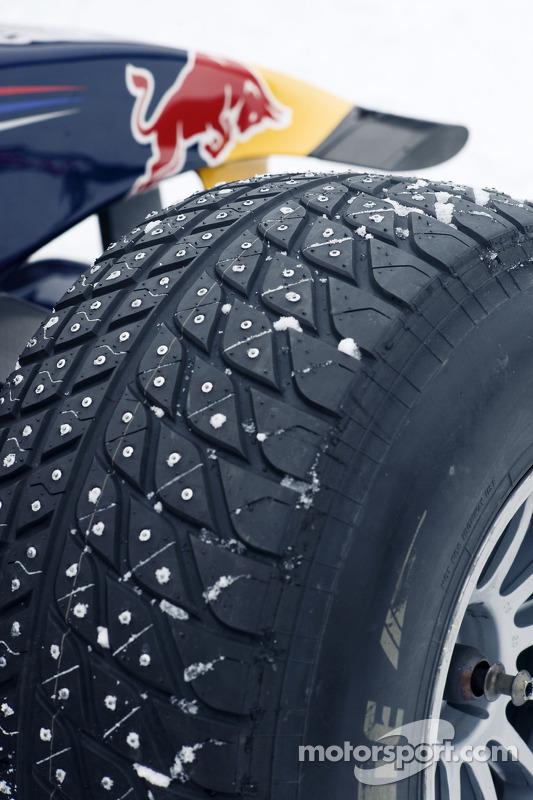 Formel-1-Auto von Red Bull Racing im Schnee