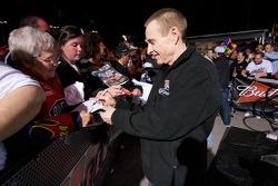 Mark Martin, Hendrick Motorsports Chevrolet signs autographs