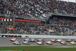 Start: Dale Earnhardt Jr., Hendrick Motorsports Chevrolet leads the field