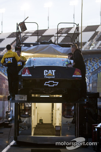 Jeff Burton's Caterpillar crew pulls out their back up car