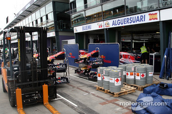 Race preparations, the garage of Scuderia Toro Rosso