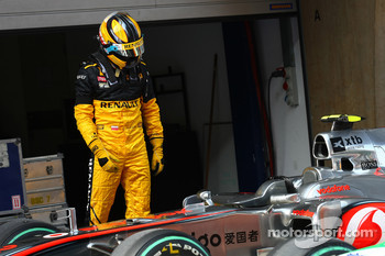 Robert Kubica, Renault F1 Team takes a look at the McLaren