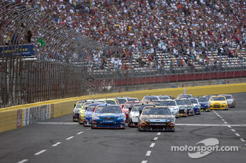 Start: David Ragan leads the pack