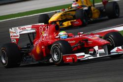 Felipe Massa, Scuderia Ferrari leads Vitaly Petrov, Renault F1 Team