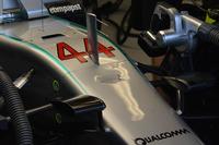 Formula 1 Foto - Il muso danneggiato della Mercedes AMG F1 W07 Hybrid of Lewis Hamilton