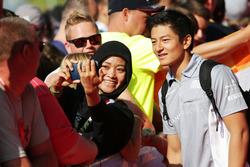 Rio Haryanto, Manor Racing with fans