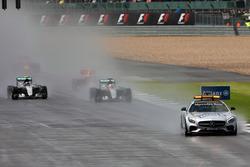 Lewis Hamilton, Mercedes AMG F1 W07 Hybrid führt hinter dem FIA Safetycar