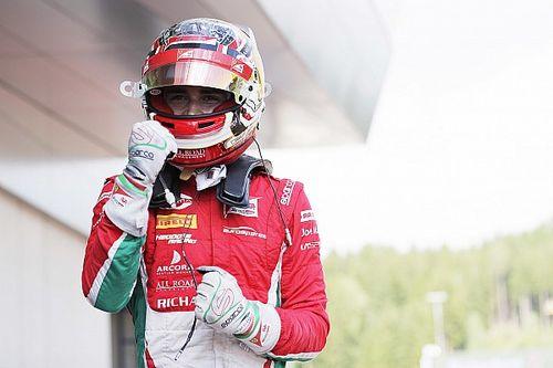 Com carro fumando e sem retrovisor, Leclerc vence corrida 1