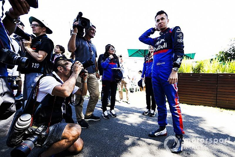 «Сначала я часто оглядывался на Квята». Элбон рассказал Motorsport.com о работе с Toro Rosso