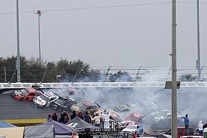 Новый сезон NASCAR начался с массового завала