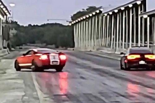 Videó: Nem sikerült jól a mustangos dupla randi a versenypályán