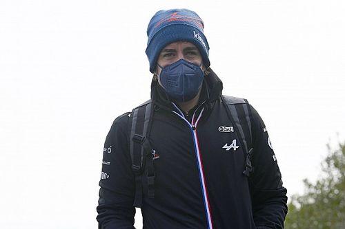Alonso és Ocon az Alpine céges autóját terelgeti (videó)