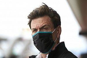 """メルセデスのウルフ代表、F1側に""""忖度""""するライバルたちに皮肉「彼らは言いなり」"""