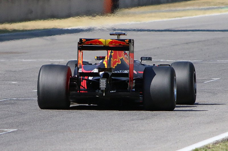 Pirelli wants more downforce on 2017 test cars