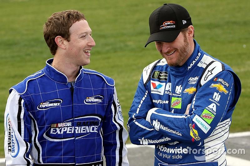 Цукерберг прокатился по овалу на машине NASCAR