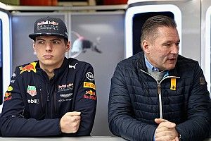"""Pai de Verstappen completa 48 anos; relembre o dia que em o holandês """"pegou fogo"""" na F1"""