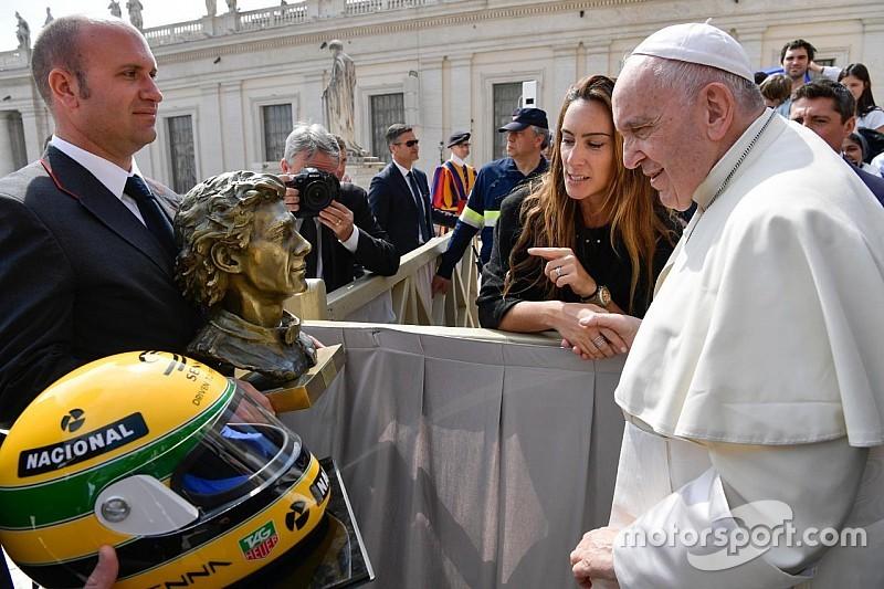 El Papa Francisco recibe la escultura y un casco de Senna
