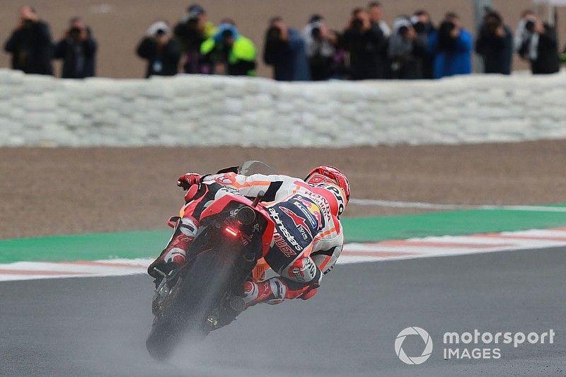 Márquez domina bajo la lluvia en el arranque de Valencia