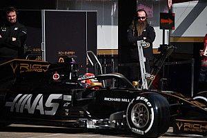 Стори: Haas – фургончик молочника в конце пелотона, их машина едет задом наперед