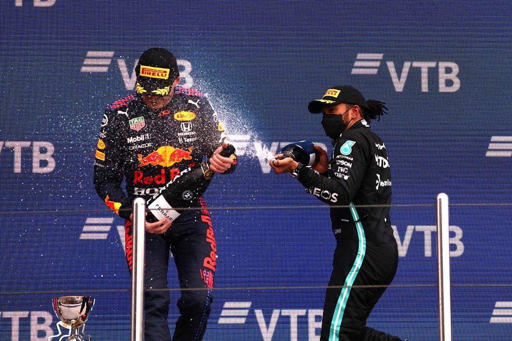 Hamilton passeert Verstappen als beste coureur in game F1 2021