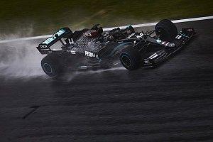 Hamilton se lleva una pole aplastante con lluvia y Pérez es 17°