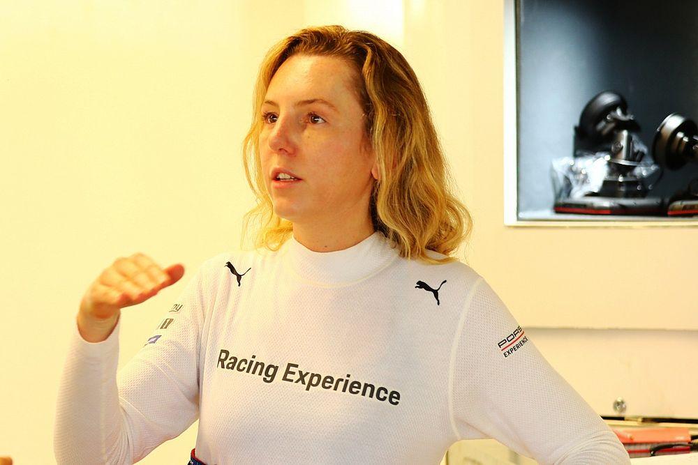 """Porsche Cup: Única mulher do grid, Carol Aranha avisa que """"não caiu de paraquedas"""" na pista"""